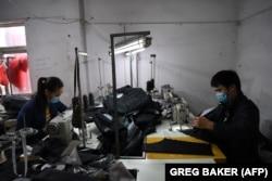 Пекин маңындағы тігін фабрикаларының біріндегі жұмысшылар. (Көрнекі сурет.)