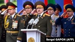 Олександр Лукашенко (с) не втрачає нагоди влаштувати військовий парад. На фото він на параді на День незалежності Білорусі 3 липня 2018 року. При цьому в лукашенківській Білорусі День незалежності присвячений не створенню держави, а визволенню її території від нацистів 1944 року