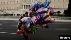 Уличный продавец воздушных шаров перед зданием парламента в Афинах, январь 2015 г.