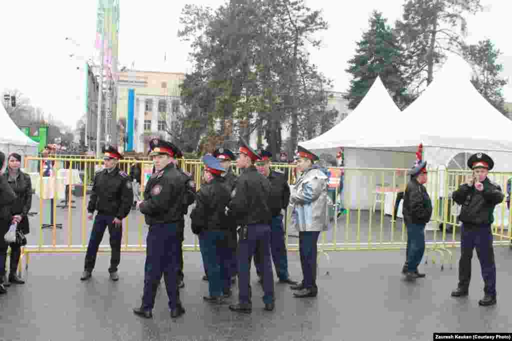 Полицейские оцепили площадь, на которой проходят праздничные мероприятия в честь Наурыза. Алматы, 22 марта 2013 года.