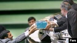 وزیر اقتصاد ایران از ارائه همزمان بودجه سال ۱۳۸۸ و طرح هدفمند کردن يارانه ها به مجلس خبر داده است. (عکس: فارس)