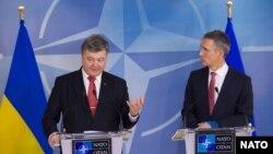 Президент України Петро Порошенко (ліворуч) та генеральний секретар НАТО Єнс Столтенберґ під час прес-конференції у штаб-квартирі НАТО у Брюсселі. 17 грудня 2015 року