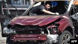 Бомба жарылысынан қаза тапқан журналист Павел Шереметтің автокөлігін зерттеп жатқан полиция қызметкері. Киев, 20 шілде 2016 жыл.
