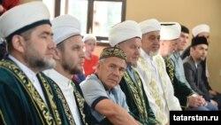 Президент Татарстана (Россия) Рустам Минниханов на праздничном намазе на Ораза-байрам. 4 июня 2019 года