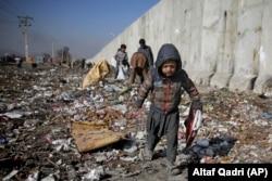 Дети ищут на свалке в Кабуле что можно использовать как топливо