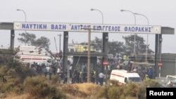 Пожарные, спасатели и врачи прибыли к военной базе, на которой произошёл взрыв