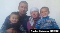 Сагынбек Рахманов с супругой и двумя сыновьями.