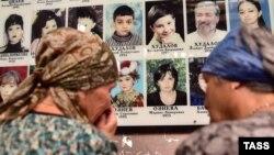 Женщины оплакивают погибших в результате теракта в бесланской школе № 1, Беслан, 1 сентября 2016 года