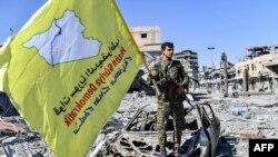 Черный флаг ИГ сменился желтым флагом Сирийских демократических сил. Ракка, Сирия