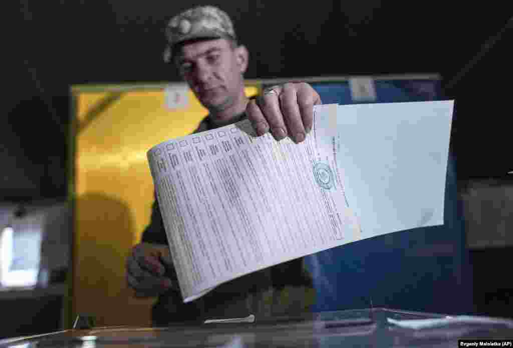 A Ukrainian government soldier casts his ballot at a polling station in Maryinka, eastern Ukraine. (AP/Evgeniy Maloletka)
