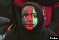Футбол көруге келген ауған қызы. Кабул, 20 тамыз 2013 жыл.