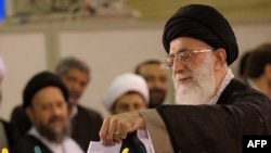 آیتالله خامنهای، رهبر جمهوری اسلامی به هنگام شرکت در انتخابات ریاست جمهوری