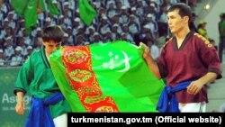Түркмөн күрөшү боюнча Түркмөнстандын желегин көтөргөн балбандар. 16-сентябрь, 2017-ж. Ашхабад. Түркмөнстан.