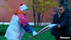 Олимпиада ойындарының өшіп қалған алауын қайта жағып жатыр. Мәскеу, 6 қазан 2013 жыл.