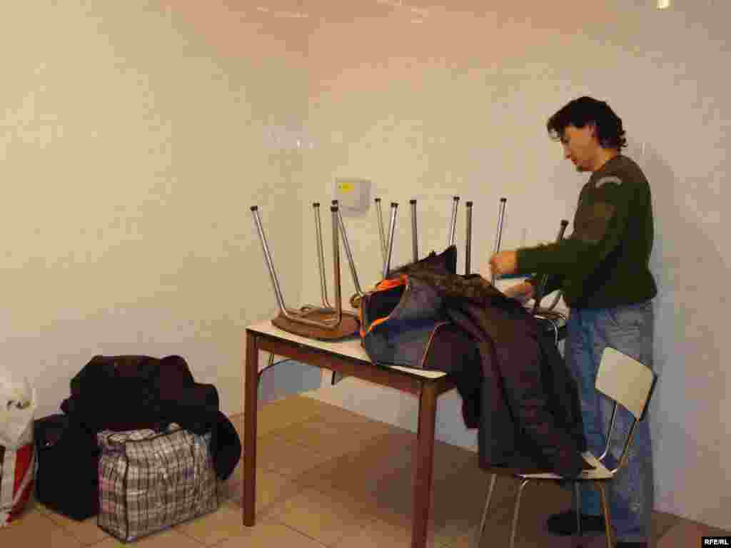 Казахский беженец Самат Нургалиев в приемной комнате лагеря беженцев. Вышни Лхоты, 1 февраля 2009 года. - Казахский беженец Самат Нургалиев в приемной комнате чешской полиции. Вышни Лхоты, 1 февраля 2009 года.