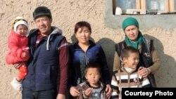 Правозащитник Уктам Пардаев с матерью, женой и детьми.
