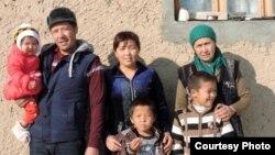 Джизакский правозащитник Уткам Пардаев с женой, матерью и детьми.