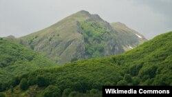 Планината Јабланица, гледана од селото Горна Белица.