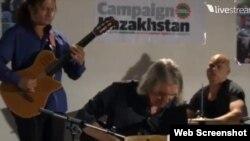 Участники благотворительного концерта в поддержку жанаозенских нефтяников и диссидента Арона Атабека. Лондон, 3 октября 2012 года.