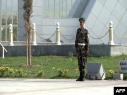 Солдат на посту. Ашхабад, январь 2013 года