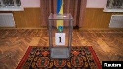 Урна для избирательных бюллетеней; поселок Новотроицкое, Херсонская область Украины