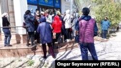 Люди у здания филиала партии «Нур Отан». Кызылорда, 10 апреля 2020 года.