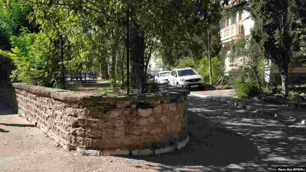 У дворі все облаштовано не зовсім звичайно, навіть клумба – вона піднята на метр за допомогою викладених із каменю підпірних стін