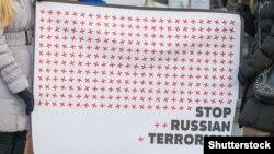 С такими плакатами выходят в Польше на антивоенные демонстрации