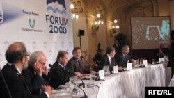 """""""Форум -2000"""" - Чехиянын экс-президенти Вацлав Гавел Россия менен каймана мунасага барып,Обама чоң каталык кетирип жатат деп билдирди."""