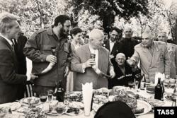 Фидель Кастро и Никита Хрущев в Абхазии. 20 мая 1963 года