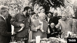 Фидель Кастро (второй слева) и Никита Хрущев (в центре) во время посещения Абхазии, 20 мая 1963