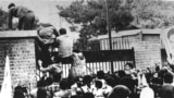 Nekoliko stotina mladih Iranaca, koje je podržavalo više od 3.000 ljudi, penje se na zidine američkog veleposlanstva u 10.30 sati, 4. studenog 1979. Vezali su oči i stavljali lisice desecima američkih građana koje su pronašli unutra. Prosvjednici su zauzeli Teheran prije uhićenja američkih marinaca 14. veljače, ali se red uspostavio nakon nekoliko sati.