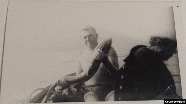 Уладзімер Караткевіч са злоўленай ім акулай. Крым, 1971 г.