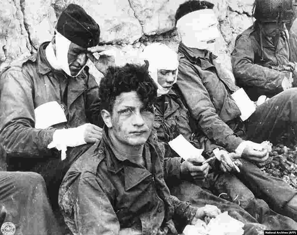 На фото поранені військовослужбовці армії США на пляжі Омаха у Франції під час Дня «Д», 6 червня 1944 року