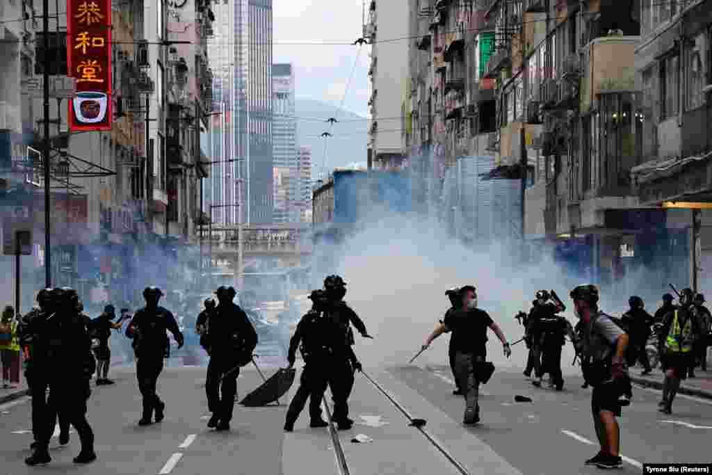 Працівники сил спецпризначення поліції використовують проти протестувальників подразливий газ. Гонконжці знову вийшли на вулиці через незгоду з новим законом про національну безпеку 1 липня, день, коли 23 роки тому Велика Британія передала Гонконг під керівництво Китаю
