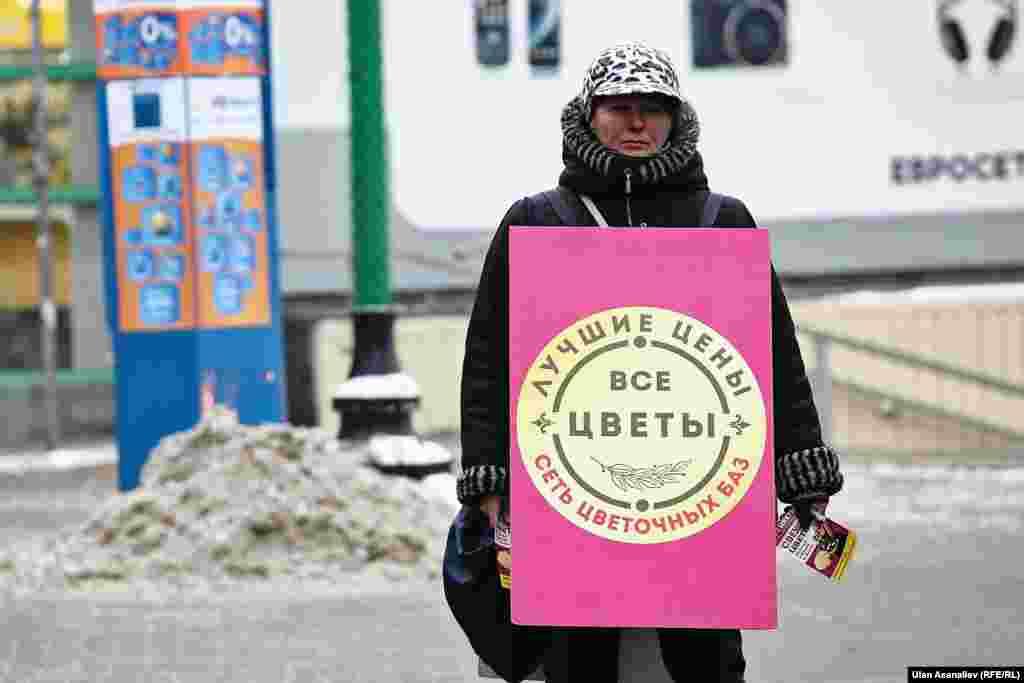 """Лида из Украины. Работает """"ходячей рекламой"""" цветочного магазина."""