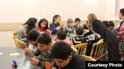 Орталық Азиядан келген мигранттардың балалары. Көрнекі сурет