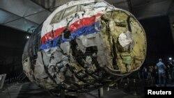 Реконструкція з уламків літака під час презентації результатів слідства. Військова авіабаза Гілзе-Реєн поблизу міста Бреда. 13 жовтня 2015 року