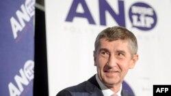 Андрей Бабіш, міністр фінансів Чехії, на тлі плакату з назвою очолюваного ним руху