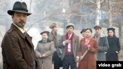 Старшего лейтенанта министерства госбезопасности, допрашивавшего Ермухана Бекмаханова, сыграл актер Азиз Бейшеналиев (слева). Кадр из фильма «Аманат».