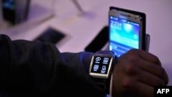 Galaxy Gear yordamida telefon qo'ng'iroqlari va SMS qabul qilish, qo'ng'iroq qilish va rasmga olish mumkin.