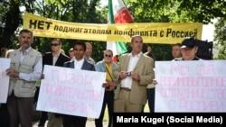"""Митинг под лозунгом """"Война - санкциям, мир - народам"""" организованный """"Русским союзом Латвии"""" перед МИД страны в августе 2014 года"""