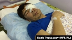 32-летний Максат Досмагамбетов, бывший нефтяник из города Жанаозен, отсидевший в тюрьме три года по обвинению в участии в Жанаозенских событиях, после операции в Алматы по удалению злокачественной опухоли на лице и левого глаза. Алматы, 2 апреля 2015 года.