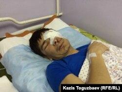Қатерлі ісік дертімен басына операция жасатқан Мақсат Досмағамбетовтің ауруханада жатқан сәті. Алматы, 2 сәуір 2015 жыл.