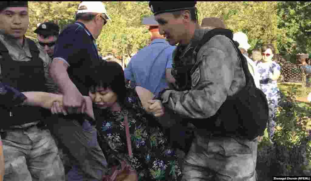Азаттық тілшісінің хабарлауынша, осы күні Ақтөбеде де полиция отыздан астам адамды ұстаған.