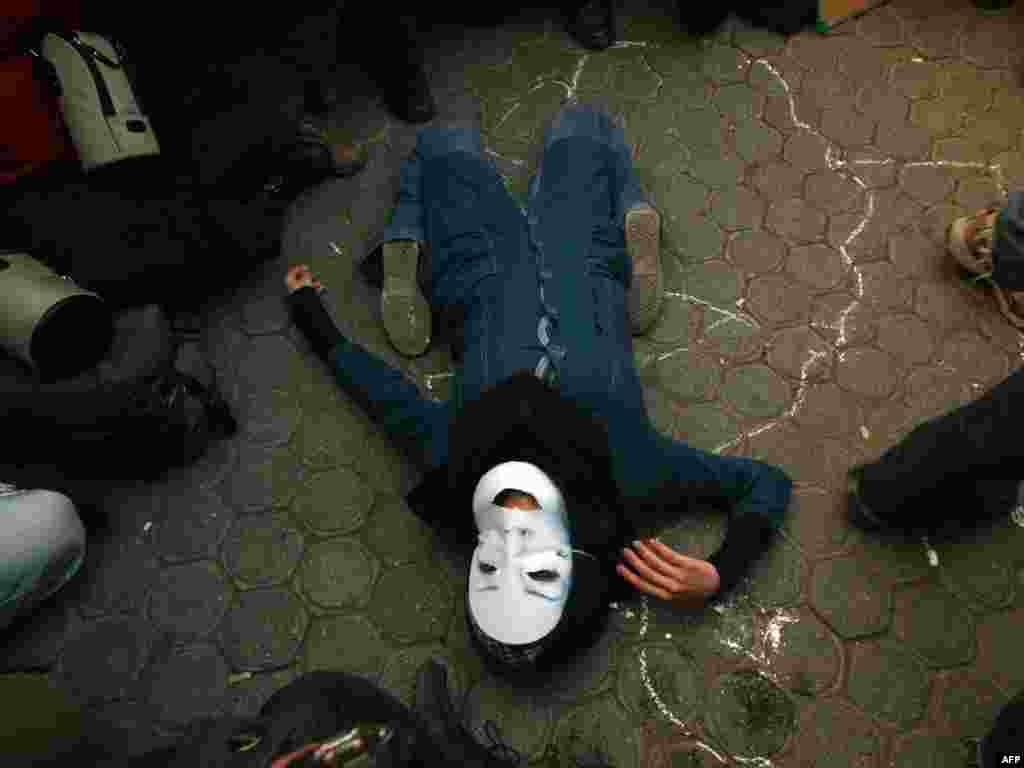 Iran - Sjećanje na Nedu - Iranski studenti su u Teheranu podsjetili na tragičnu smrt studentice Nede pokušavajući kreirati način na koji je bila ubijena. Zatražili su, također, hapšenje doktora koga smatraju odgovornim za njenu smrt. Foto: Atta Kenare - AFP
