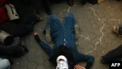 صحنه ای از نمایش صحنه قتل ندا آقا سلطان توسط «بسیجی ها» در مقابل سفارت بریتانیا