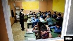 پیوندی:. شاید مهمترین بیماری آموزش ایران هم دخالتهای بیحد و مرز دولت و تحمیل یک سیاست دینی و ایدئولوژیک از بالا به نظام آموزشی است.