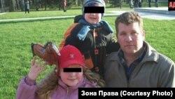 """Павел Дроздов, погибший после пыток в отделе полиции """"Юдино"""", и двое из его четырех детей"""