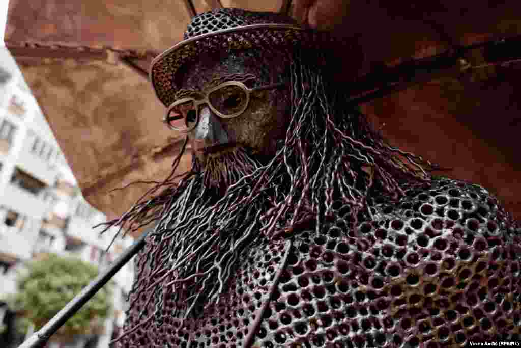 Skulpturu je izradio samouki umetnik i naivac Boris Deheljan.